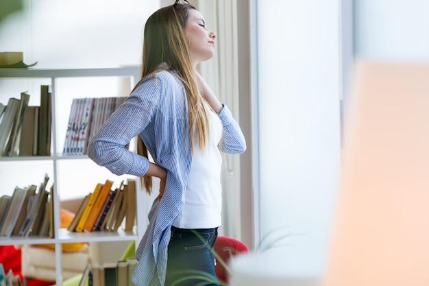 Belle jeune femme d'affaires prenant une pause au bureau.