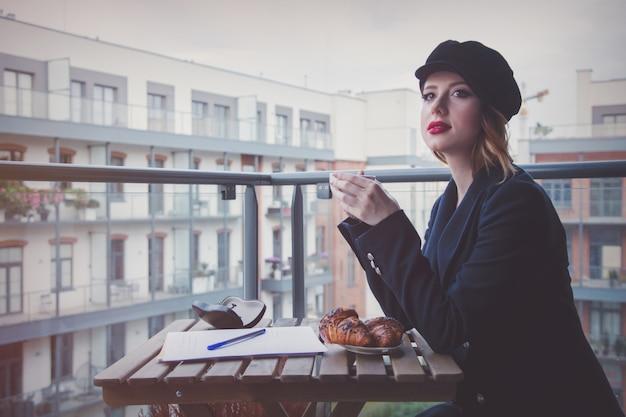 Belle jeune femme d'affaires prend une pause café
