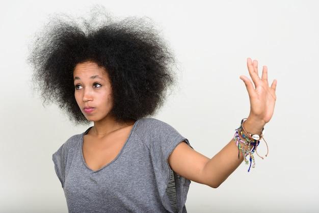 Belle jeune femme africaine aux cheveux afro sur blanc