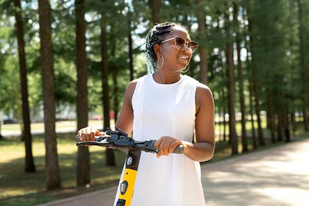 Belle jeune femme africaine à cheval dans la pompe électrique en été