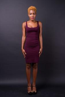 Belle jeune femme africaine sur fond noir