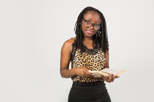 Belle jeune femme africaine avec livre