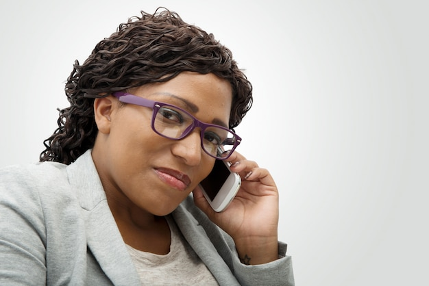 Belle jeune femme africaine parlant sur téléphone portable