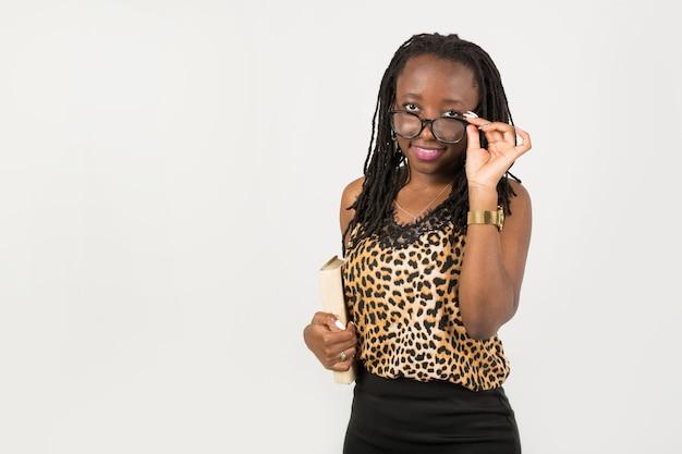 Belle jeune femme africaine portant des lunettes o