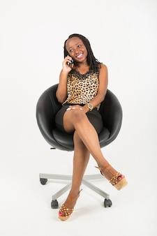Belle jeune femme africaine avec téléphone portable