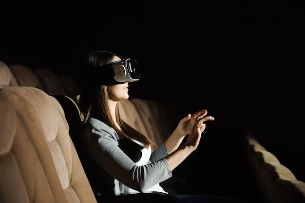 Belle jeune femme à l'aide de la réalité virtuelle. concept 3d.