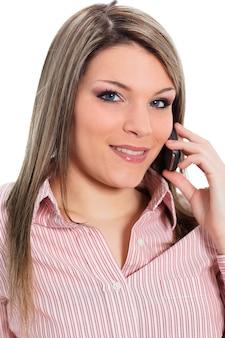 Belle jeune femme appelant au téléphone