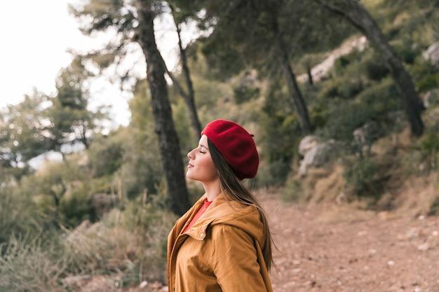 Belle jeune femme appréciant l'air frais de la montagne