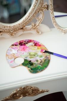 Belle jeune femme artiste peinture à la maison pivoines roses
