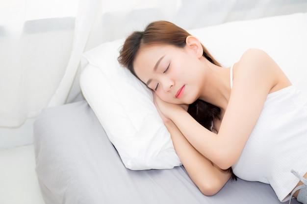 Belle jeune femme asiatique dormir allongé dans son lit.
