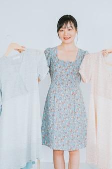 La belle jeune femme asiatique est en streaming en direct pour vendre des vêtements sur les plateformes de réseaux sociaux et les sites de commerce électronique. ce sera la future tendance de l'industrie du commerce électronique
