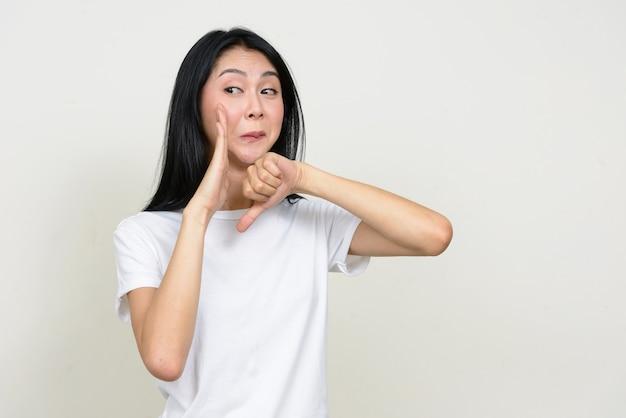 Belle jeune femme asiatique isolée