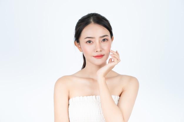 Belle jeune femme asiatique en maillot blanc, a une peau saine et lumineuse.