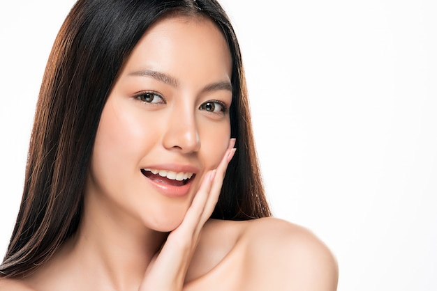Belle jeune femme asiatique avec une peau douce sur fond blanc,