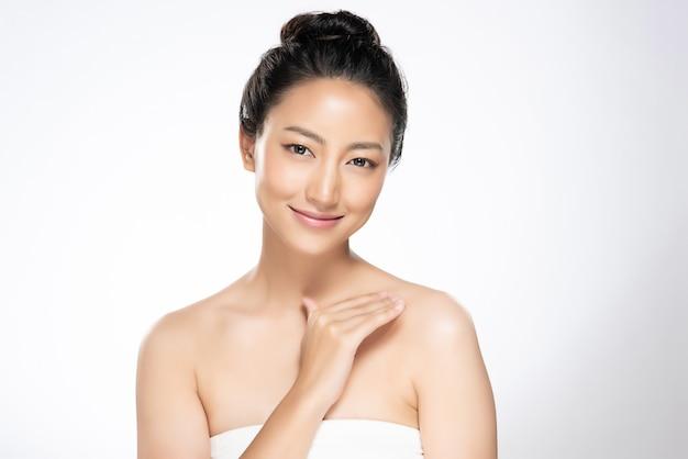 Belle jeune femme asiatique à la peau douce et propre
