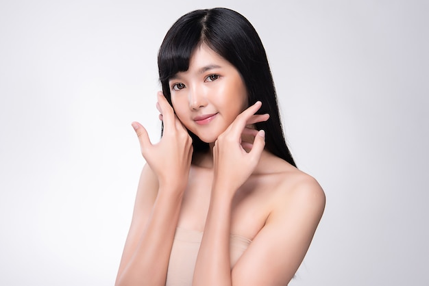 Belle jeune femme asiatique à la peau douce.