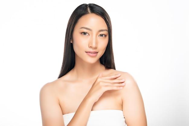 Belle jeune femme asiatique à la peau douce,