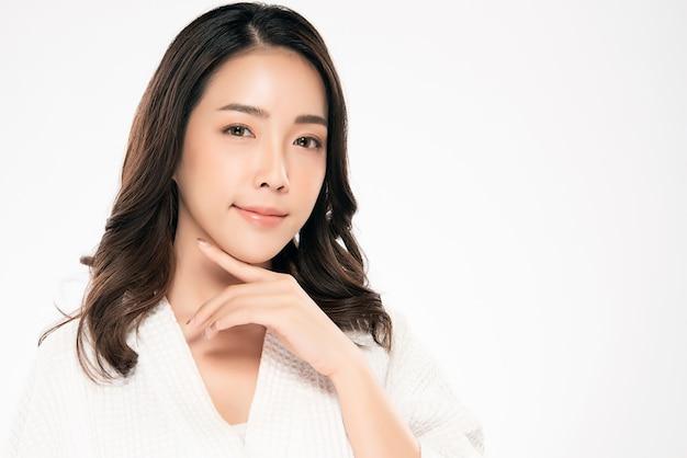 Belle jeune femme asiatique à la peau douce