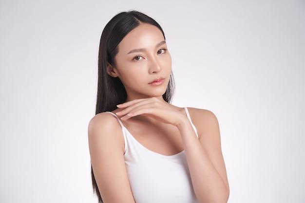 Belle jeune femme asiatique avec une peau fraîche et propre sur fond blanc, soins du visage, traitement du visage, cosmétologie, beauté et spa, portrait de femmes asiatiques