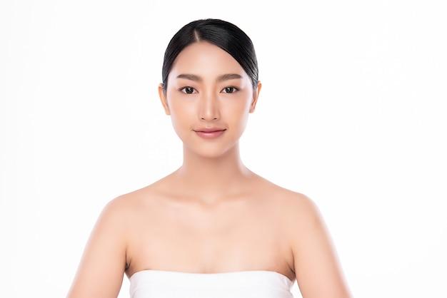 Belle jeune femme asiatique avec une peau fraîche et propre sur fond blanc, soins du visage, traitement du visage, cosmétologie, beauté et spa, portrait de femmes asiatiques.
