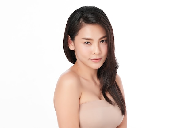 Belle jeune femme asiatique avec une peau fraîche et propre, sur fond rose