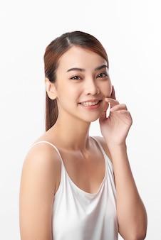 Belle jeune femme asiatique avec une peau fraîche et propre sur un mur blanc, soins du visage, traitement du visage, cosmétologie, beauté et spa, portrait de femmes asiatiques.