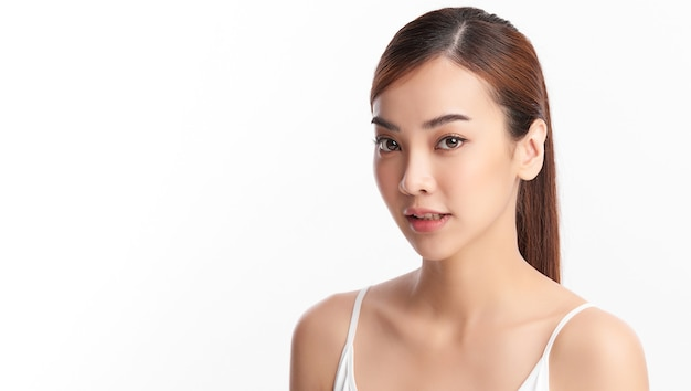 Belle jeune femme asiatique avec une peau fraîche et propre, soins du visage, soin du visage, cosmétologie, beauté