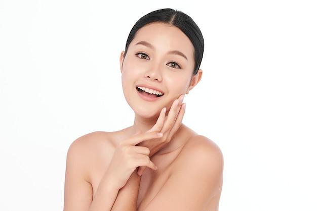 Belle jeune femme asiatique avec une peau fraîche et propre, soins du visage, soin du visage, cosmétologie, beauté.