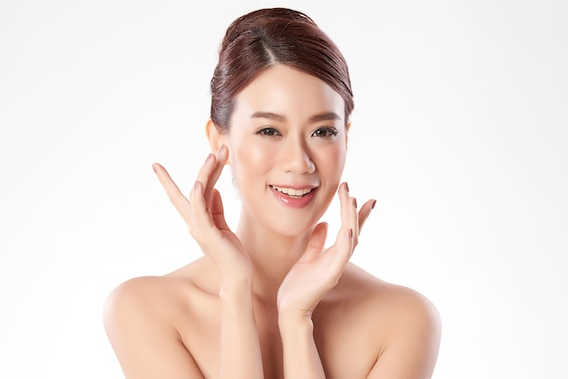 Belle jeune femme asiatique avec une peau fraîche et propre, soins du visage, traitement du visage. cosmétologie, beauté et spa. portrait de femmes asiatiques