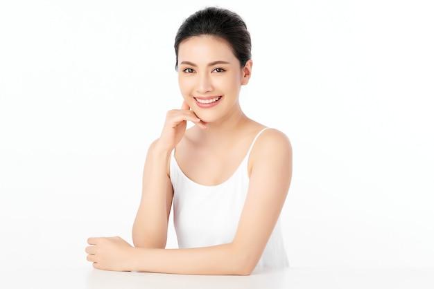 Belle jeune femme asiatique avec une peau fraîche et propre, soins du visage, traitement du visage. cosmétologie, beauté et spa.