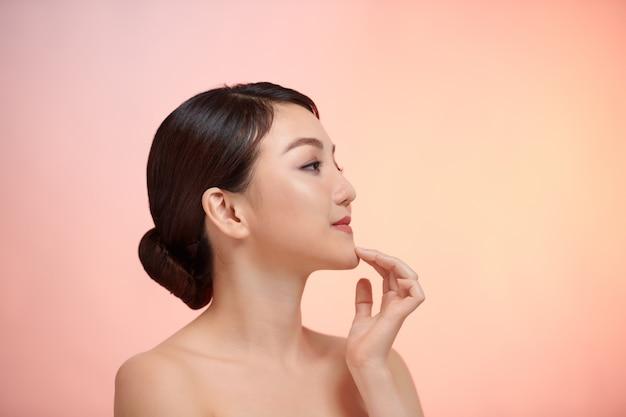 Belle jeune femme asiatique avec une peau fraîche et propre