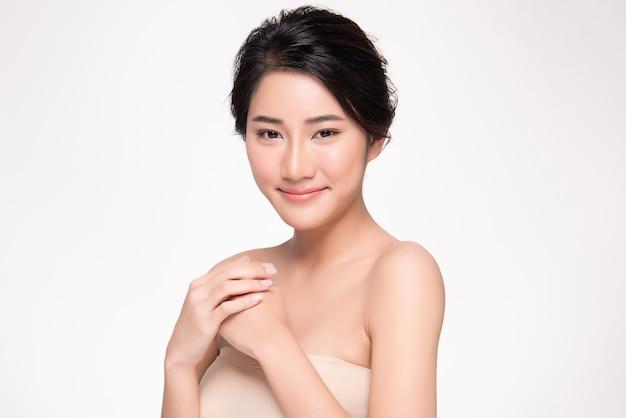 Belle jeune femme asiatique à la peau propre et fraîche le bonheur et la bonne humeur