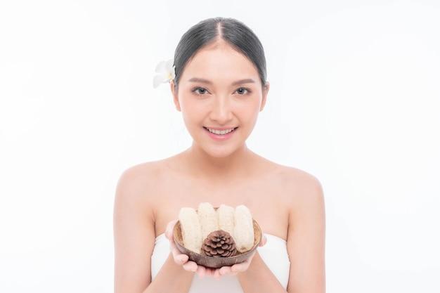 Belle jeune femme asiatique à la peau propre, peau fraîche sur fond blanc - photo de beauté d'une femme asiatique traitement du visage, cosmétologie, beauté et concept de spa