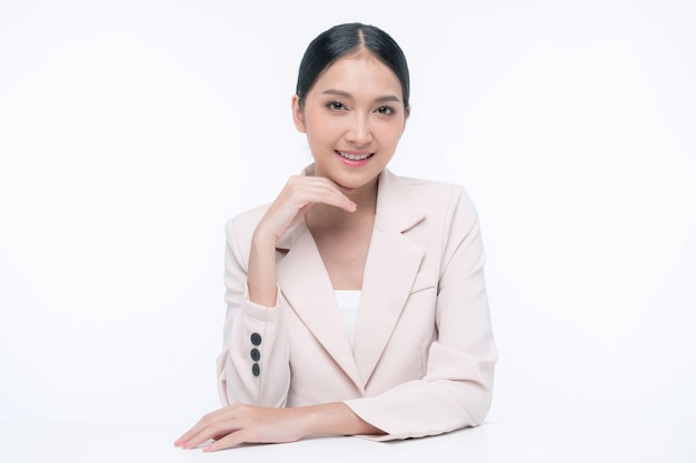 Belle jeune femme asiatique à la peau propre , peau fraîche , sur fond blanc - soin du visage , cosmétologie , concept de beauté et de spa