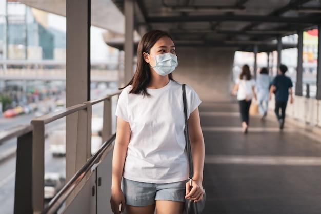 Belle jeune femme asiatique portant le masque de protection