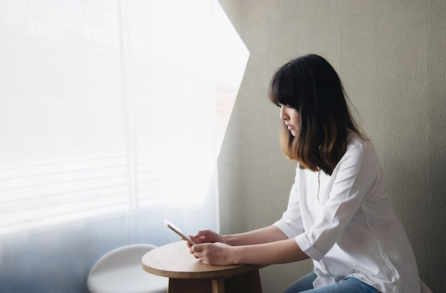 Belle jeune femme asiatique portriat - concept de mode de vie de femme heureuse