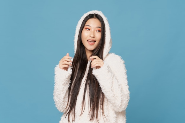 Belle jeune femme asiatique posant dans des vêtements élégants