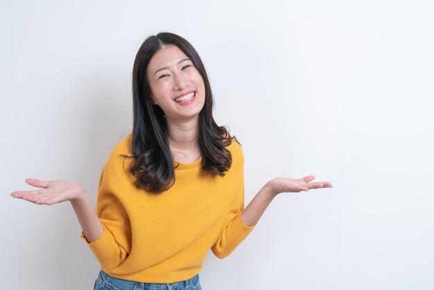 Belle jeune femme asiatique posant