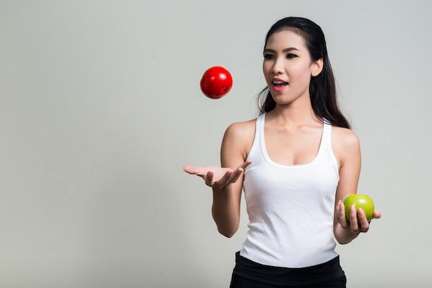 Belle jeune femme asiatique prête pour la salle de sport contre l'espace blanc