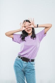 Belle jeune femme asiatique souriant heureux spectacle signe ok sur son œil