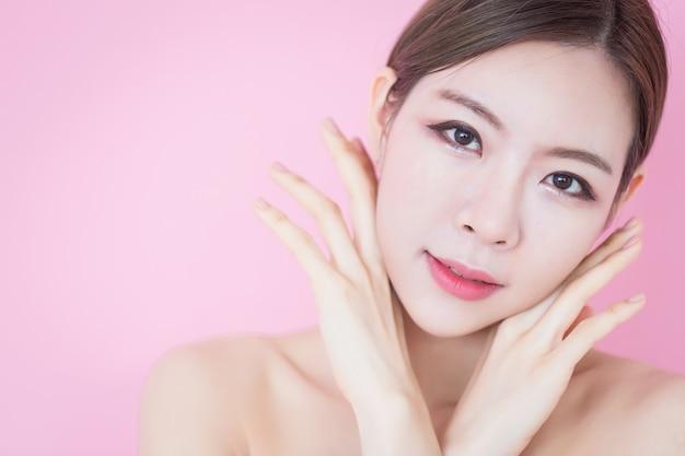 Belle jeune femme asiatique sourire avec maquillage naturel visage peau fraîche et propre