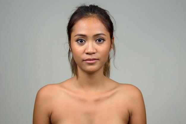 Belle jeune femme asiatique torse nu comme concept de santé et de beauté