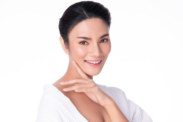 Belle jeune femme asiatique toucher douce joue sourire avec une peau propre et fraîche bonheur et gai, isolé sur blanc, beauté et cosmétiques