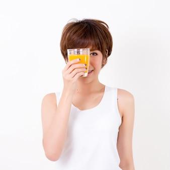 Belle jeune femme d'asie avec une alimentation saine. isolé sur fond blanc. éclairage de studio. concept pour une bonne santé.