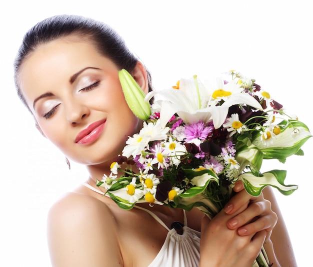 Belle jeune femme au bouquet, bonne journée.