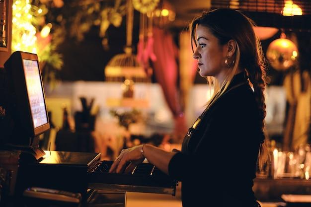 Une belle jeune femme au bureau dans un restaurant