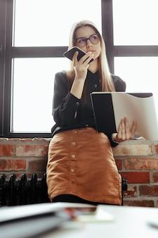 Belle jeune femme au bureau à domicile. travailler à domicile. concept de télétravail
