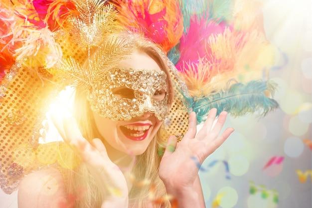 Belle jeune femme au masque de carnaval femme modèle de beauté portant un masque de mascarade