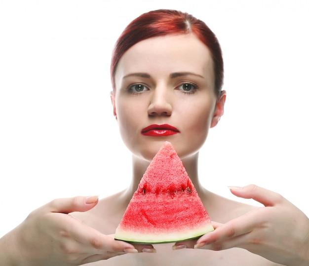 Belle jeune femme au melon d'eau