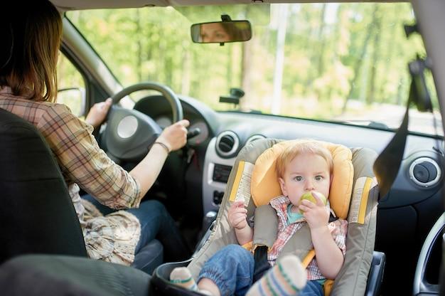 Belle jeune femme au volant d'une voiture.
